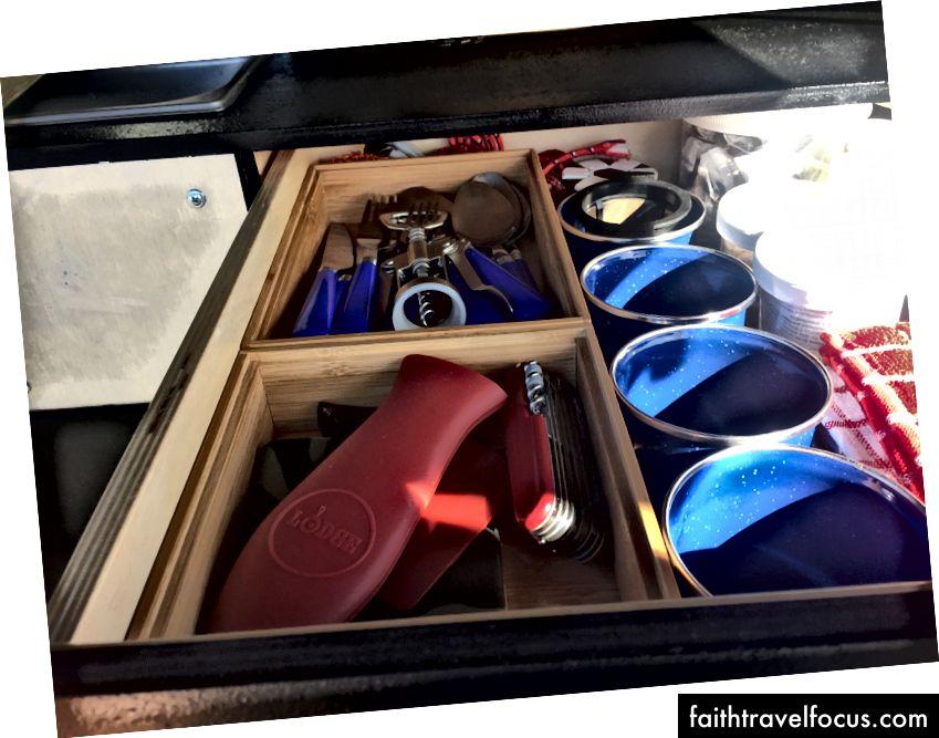 Tìm thấy một số thùng tre có thể xếp chồng lên nhau chứa tất cả các dụng cụ.