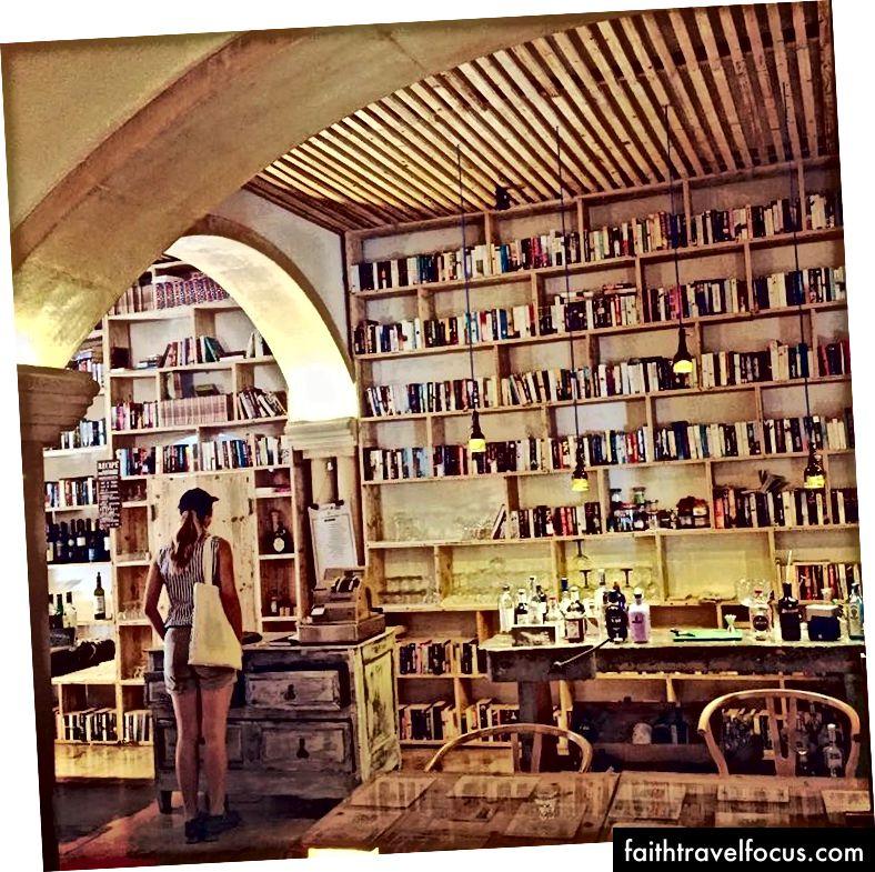 Óbidos, Bồ Đào Nha // Giống như một hàm băm mật mã, một ly rượu gin là một chiều và một bộ nguyên liệu nhất định với cùng số lượng tạo ra cùng một đầu ra mỗi lần