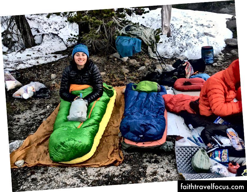 Cắm trại cao bồi tại hồ Arrowhead. Indigo cho biết túi ngủ của tôi khiến tôi trông giống như một con sâu bướm.