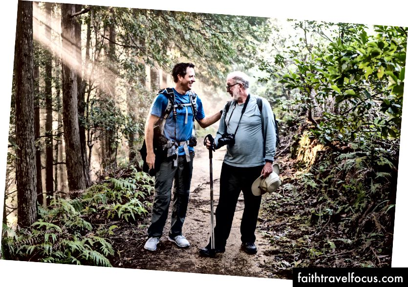 Kevin Kelly với Hugh Howey trong ánh sáng buổi sáng dọc theo Kumano Kodo, 2016 (ảnh: Craig Mod)
