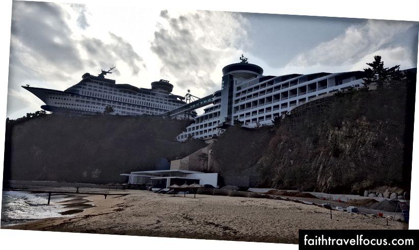 Khu nghỉ mát nơi bạn ở trên tàu du lịch trên bờ. Khái niệm độc đáo, nhưng họ cũng không có sẵn.