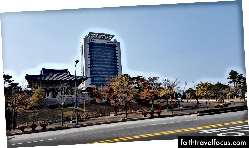 Nhẫn Olympic khi vào thành phố Gangneung, Tòa thị chính Gangneung với Nhẫn Olympic cao chót vót.