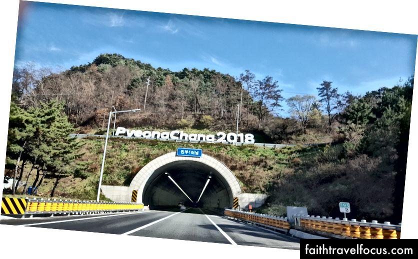 Các đường hầm trên đường đi được đánh dấu bằng Chương trình khuyến mãi PyeongChang 2018.