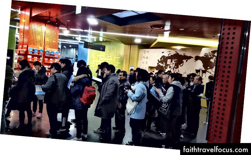 Dòng người hâm mộ đang chờ vé tại Tòa thị chính Seoul.