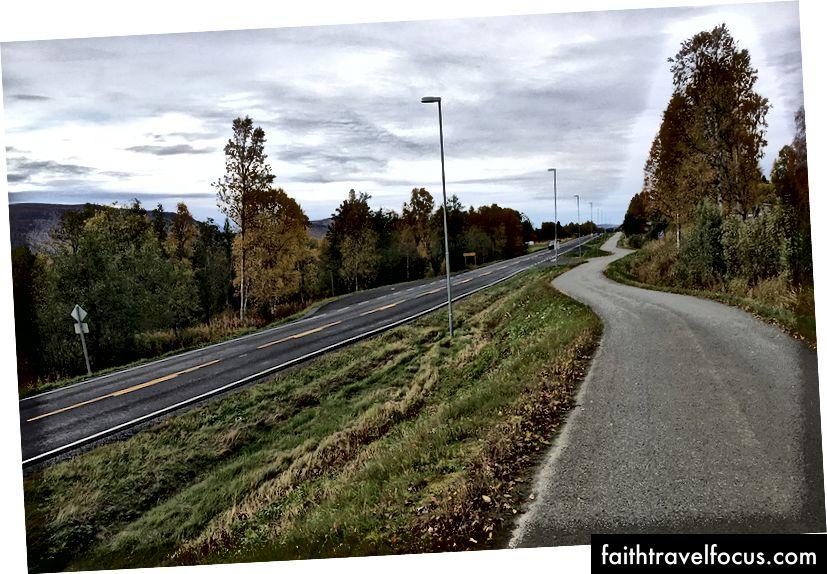 Đôi khi xe đạp và người đi bộ trong làng và xa bên ngoài