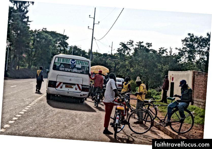 người đi xe buýt và xe taxi taxi