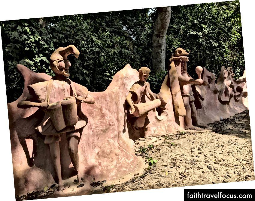 Скульптури біля входу в святиню Осун, Осогбо