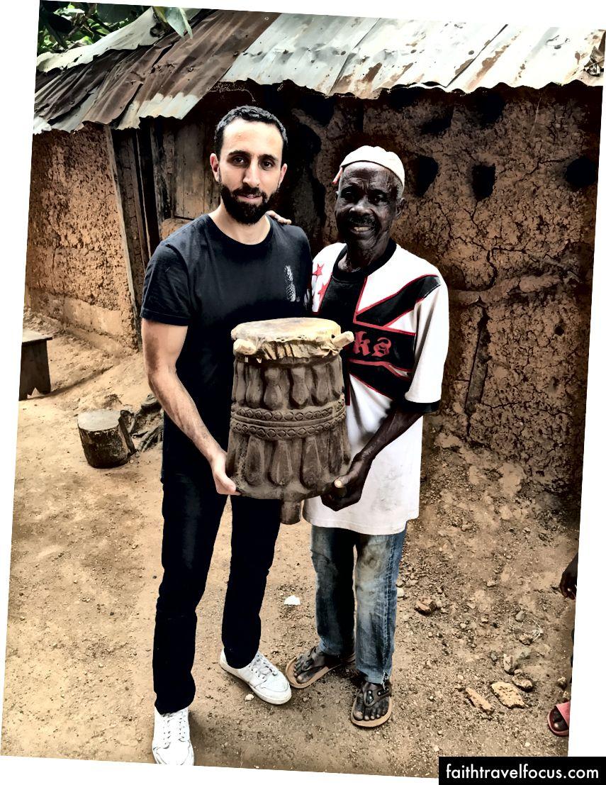 Урочистий барабан, вирізьблений місцевим різьбярем по барабанах Рабіу