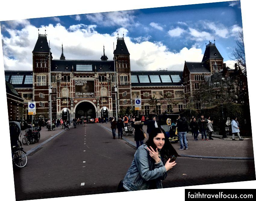 Сара, моя надзвичайно смішна супутниця подорожей, перед музеєм Rijksmuseum.