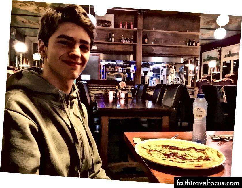 Лука з цитатою ночі, коли він задумувався над відкриттям ресторану з меморіальною тематикою.