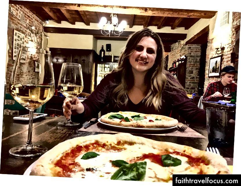 Вечеря з Монро! Ви не можете сказати, але вона замовила піцу з подвійною скоринкою, а я замовила звичайну маргариту. Однак після того, як ми їли страви, ми зрозуміли, що вони, ймовірно, перейшли на замовлення. Це для вас Італія.