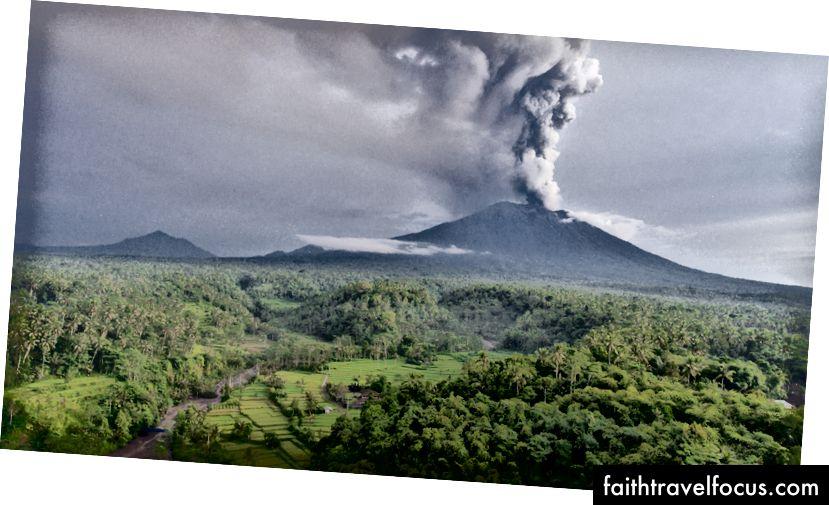 Máy bay không người lái của núi lửa Agung phun trào ở Bali