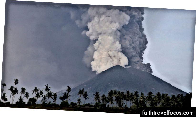 Гора Агунг (зображення зображення - Skynews)