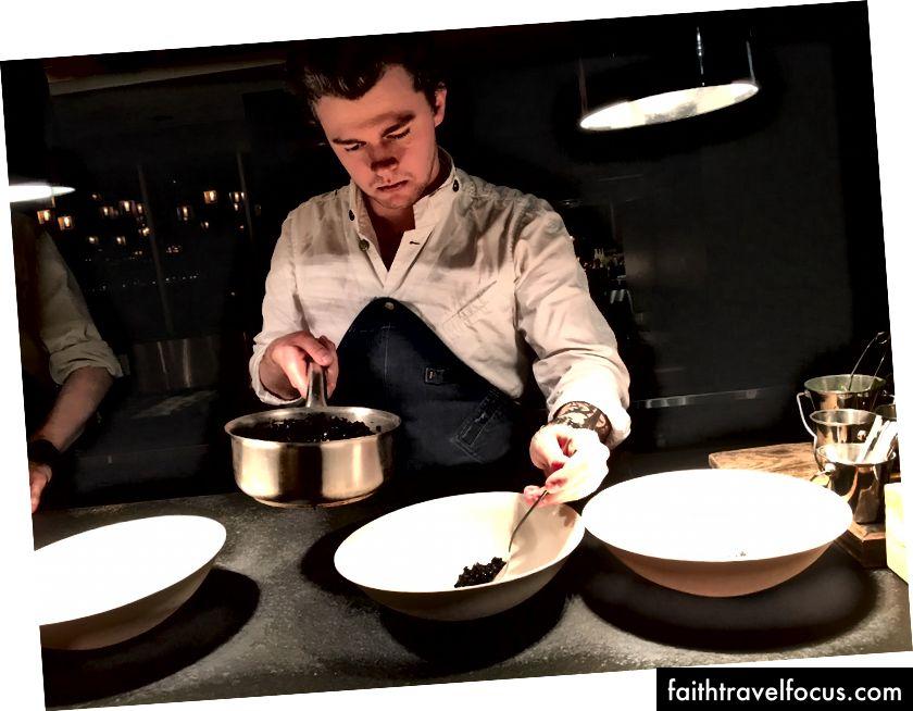 Bếp trưởng Orm Oja cho phép bạn tham gia vào quá trình nấu ăn khi bạn ngồi vào bàn Chef Chef tại nhà hàng NOA Chefs Hall ở Tallinn, Estonia.