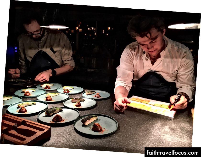 Đặt các chi tiết hoàn thiện vào món gà guinea trong khi Đầu bếp Orm để mắt đến tiến trình mà mỗi bàn đang thực hiện trên thực đơn nếm thử của họ.