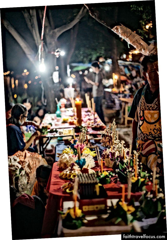Krathong nổi trên sông Ping và những người tham gia lễ hội làm krathong | Gioia Emidi / © Chuyến đi văn hóa