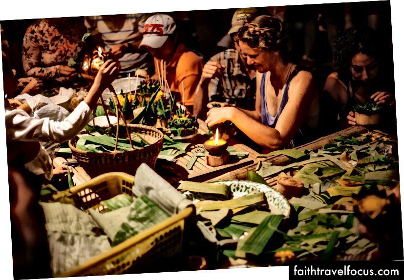 Người dân địa phương và người nước ngoài làm krathong với nhau | Gioia Emidi / © Chuyến đi văn hóa