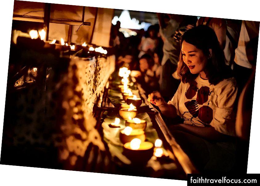 Một người phụ nữ tham gia lễ thắp nến | Gioia Emidi / © Chuyến đi văn hóa