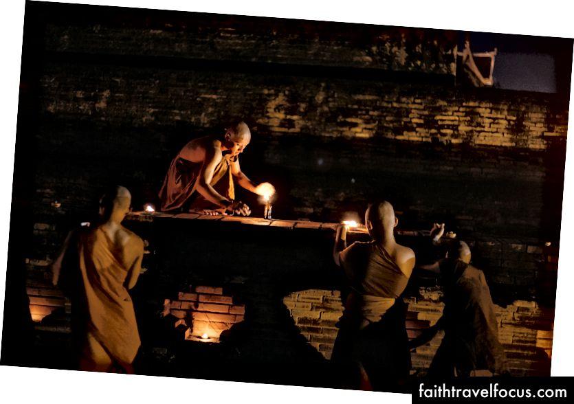Các nhà sư thắp nến bên ngoài một bảo tháp cổ | Gioia Emidi / © Chuyến đi văn hóa