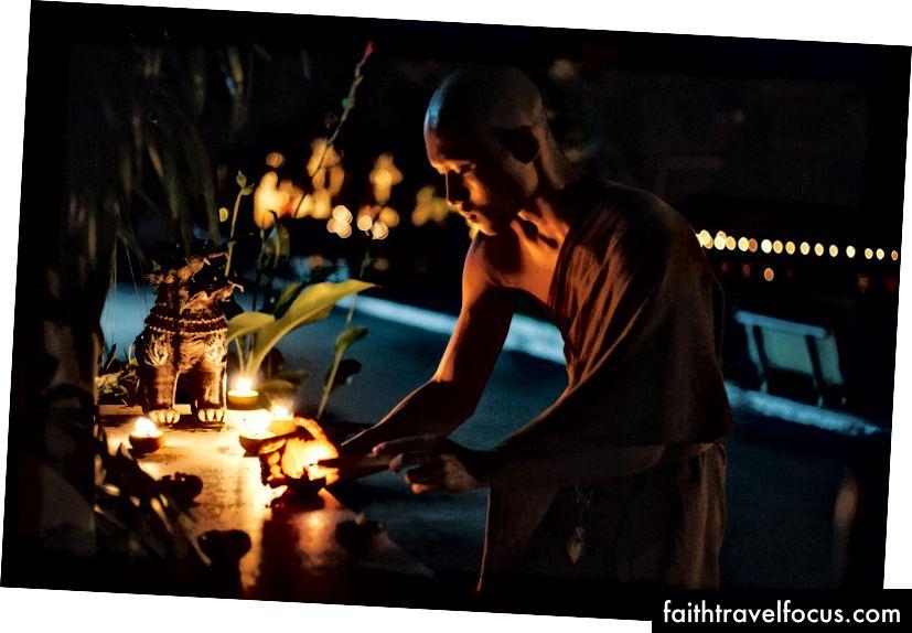 Một nhà sư thắp một ngọn nến tại một ngôi đền | Gioia Emidi / © Chuyến đi văn hóa