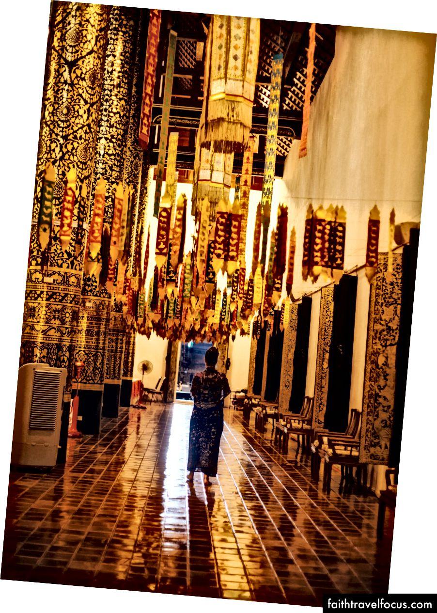 Một người phụ nữ mặc quần áo Lanna đi qua một ngôi đền | Gioia Emidi / © Chuyến đi văn hóa