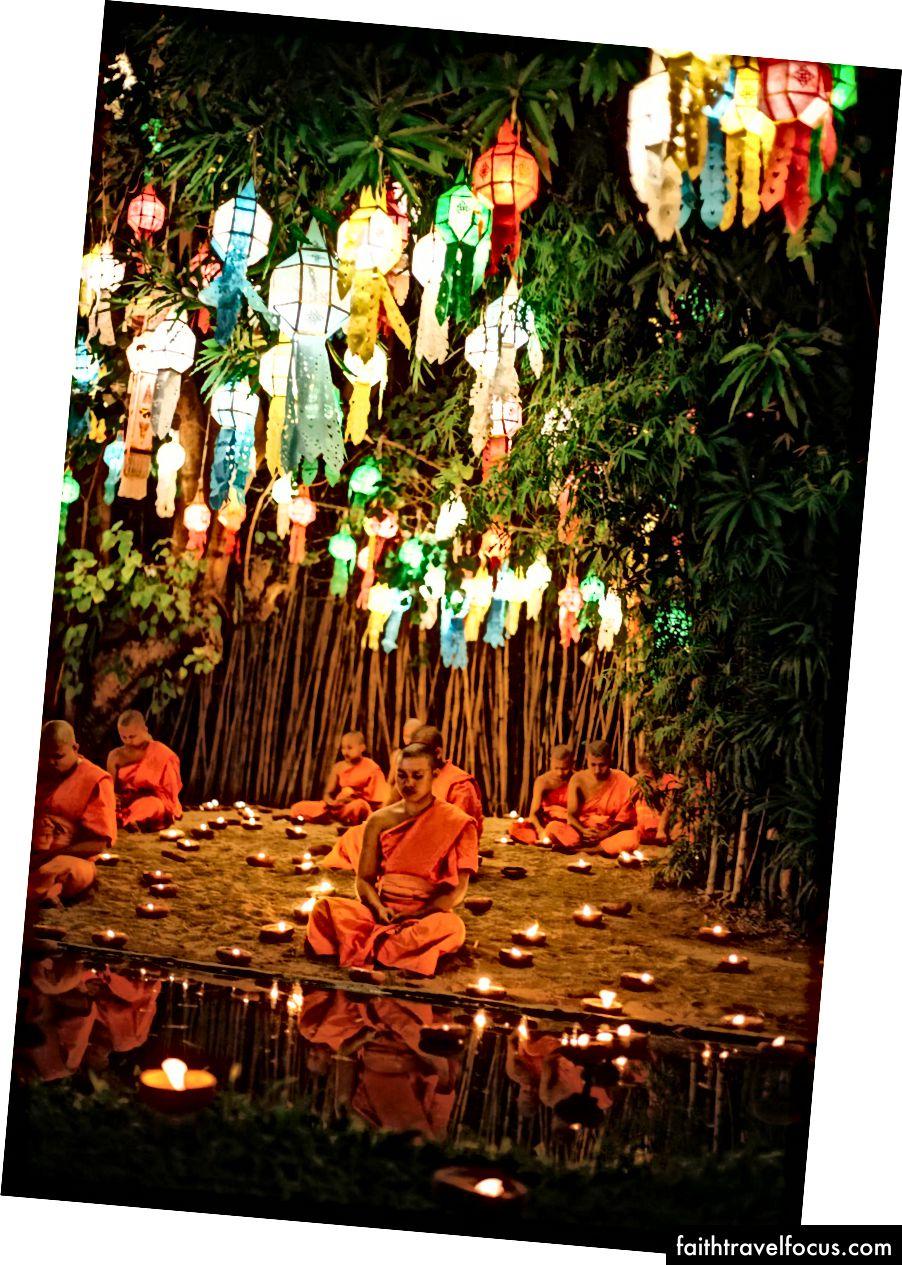 Các nhà sư ngồi và thiền bao quanh bởi nến | Gioia Emidi / © Chuyến đi văn hóa