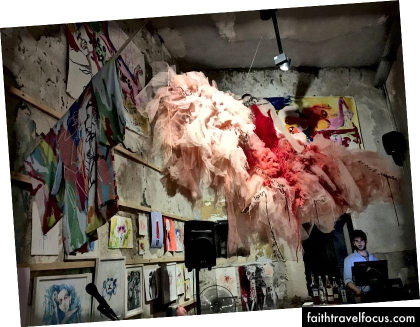 Найкрутіша галерея на гнізді зозулі, бар із рестораном з антикваріатом