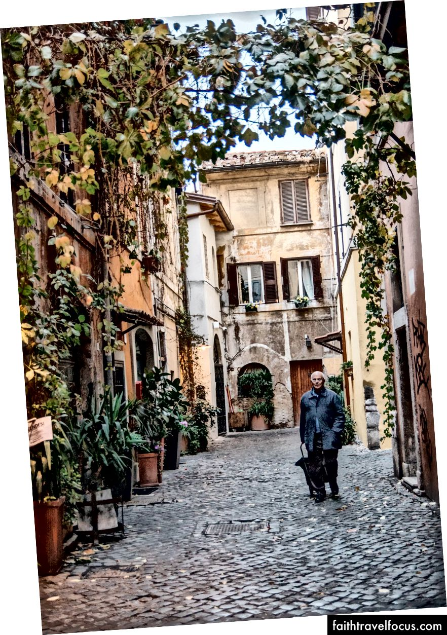 Місцевий розкочує свій торговий дім по брукованій вулиці примхливого мікрорайону Трастевере в Римі.
