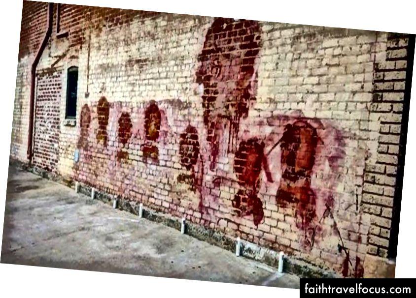 Стіна Театру гільдії після часткового стирання фрески (фотографія з Fox40,