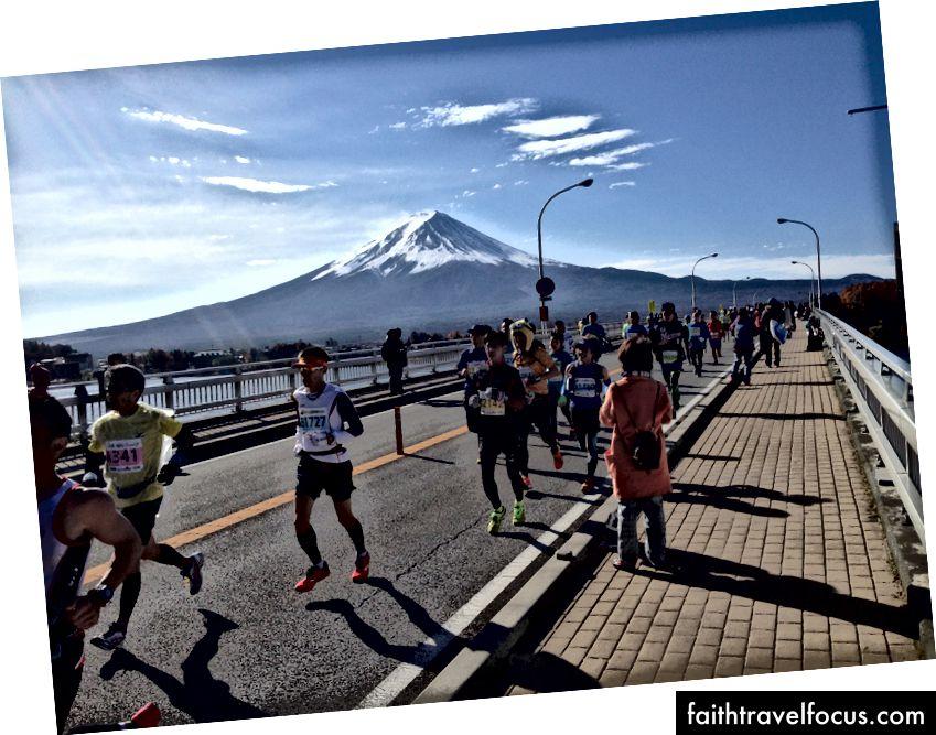 Người chạy bộ qua cầu Kawaguchi