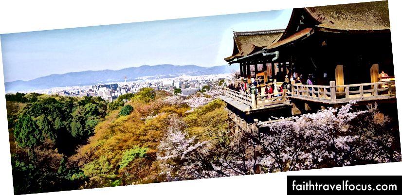 Ngôi đền Kiyomizu-dera ở Kyoto https://en.japantravel.com/kyoto/pl platform-of-kiyomizu-dera-temple/12789