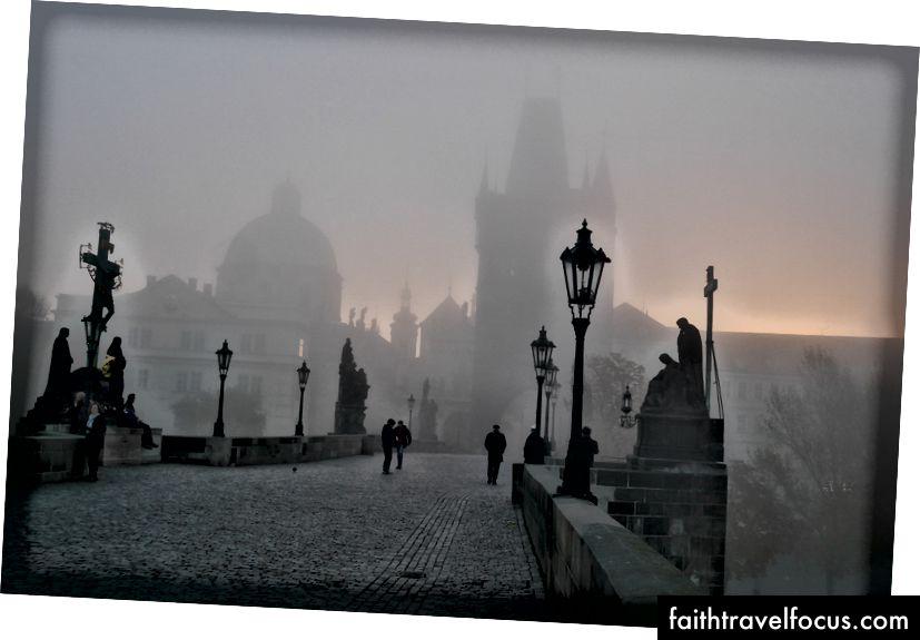 Ще один пункт списку відра - фотографування празького Карлового мосту на світанку із туманом. Перевірка. Моє повернення до подорожі після смерті батька було цим гірким.