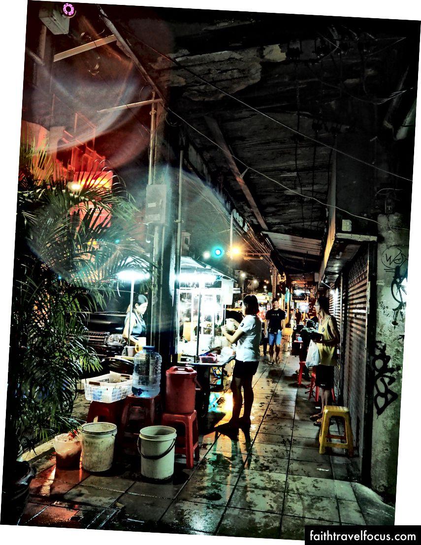 Вулична їжа в Бангкоку. Не в моєму списку ковшів, але краще, і я насолоджувався більше, ніж я очікував.