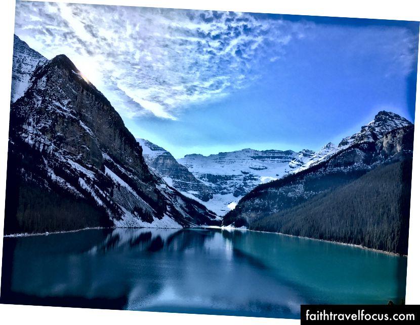 Khung cảnh đầu tiên của Hồ Louise từ cửa sổ phòng khách sạn của chúng tôi