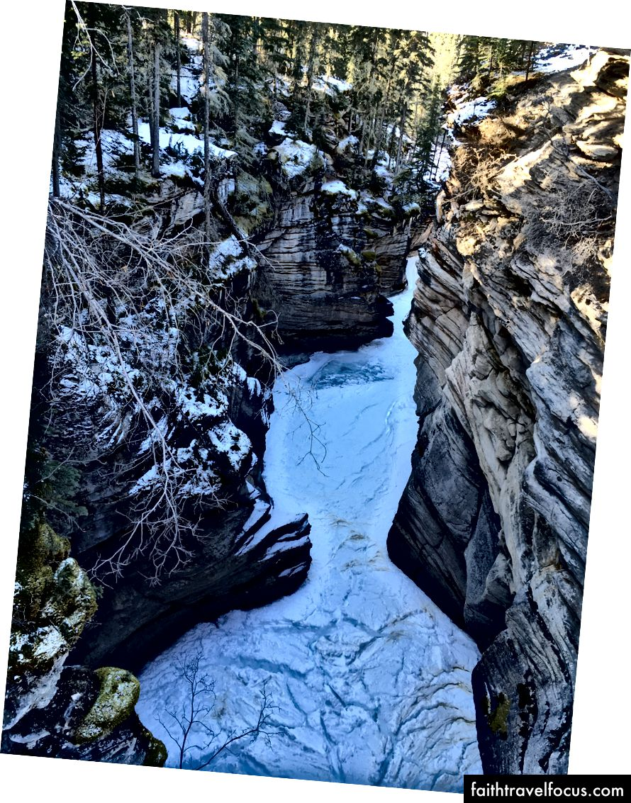Thác Athabasca: trên và dưới không