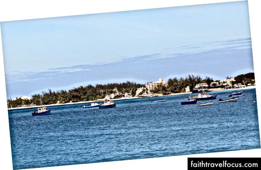 Рибальські човни в бухті Ойстінс, Барбадос   © Loozrboy / Flickr