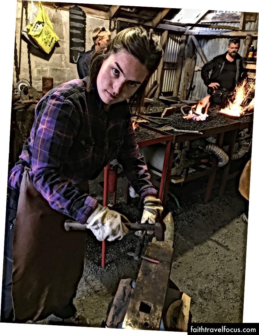 Học để thợ rèn (như một viking) với người dân địa phương.