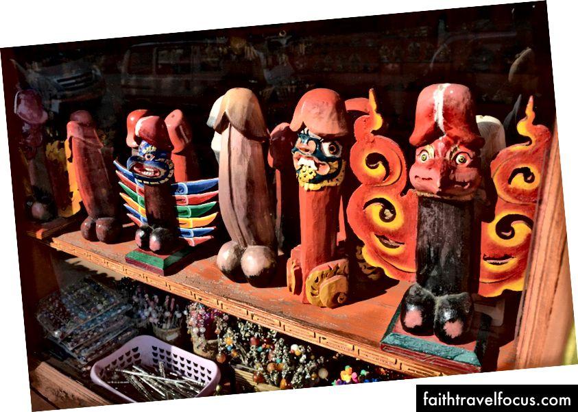 Quà lưu niệm dương vật tại một cửa hàng trưng bày ở Thimpu