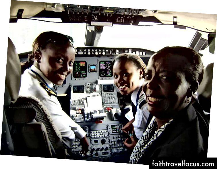 Капітан та її пілот, створюючи можливість для фотографії з міністром закордонних справ.