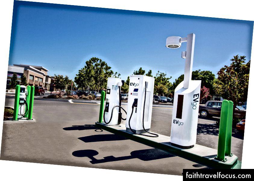 Một trạm sạc EVgo chờ sẵn sàng ở California. Ít nhất 15 trạm sạc tương tự - chín ở phía đông Washington và sáu dọc theo Xa lộ Liên tiểu bang 5 - sẽ đến tiểu bang Washington vào mùa hè năm 2019. (ảnh EVgo)