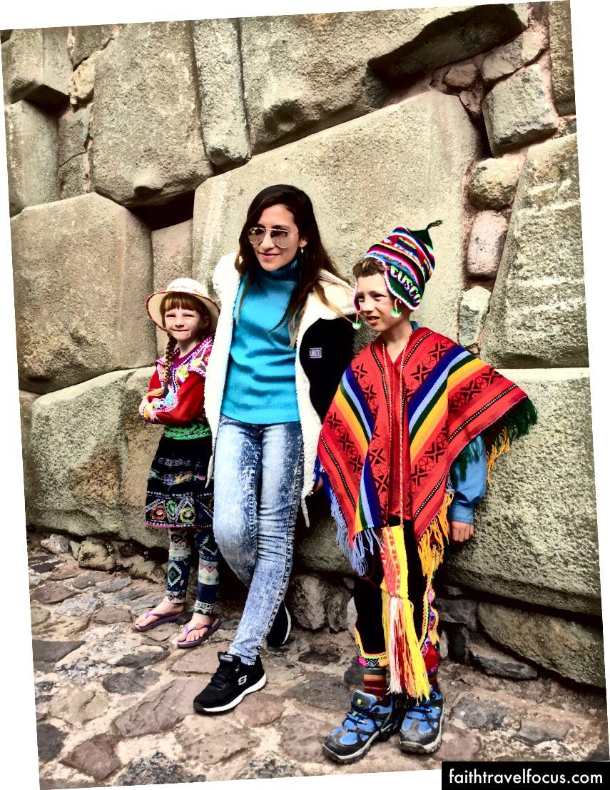 Селфі з нашими дітьми в кальці Інка Рока в Куско.