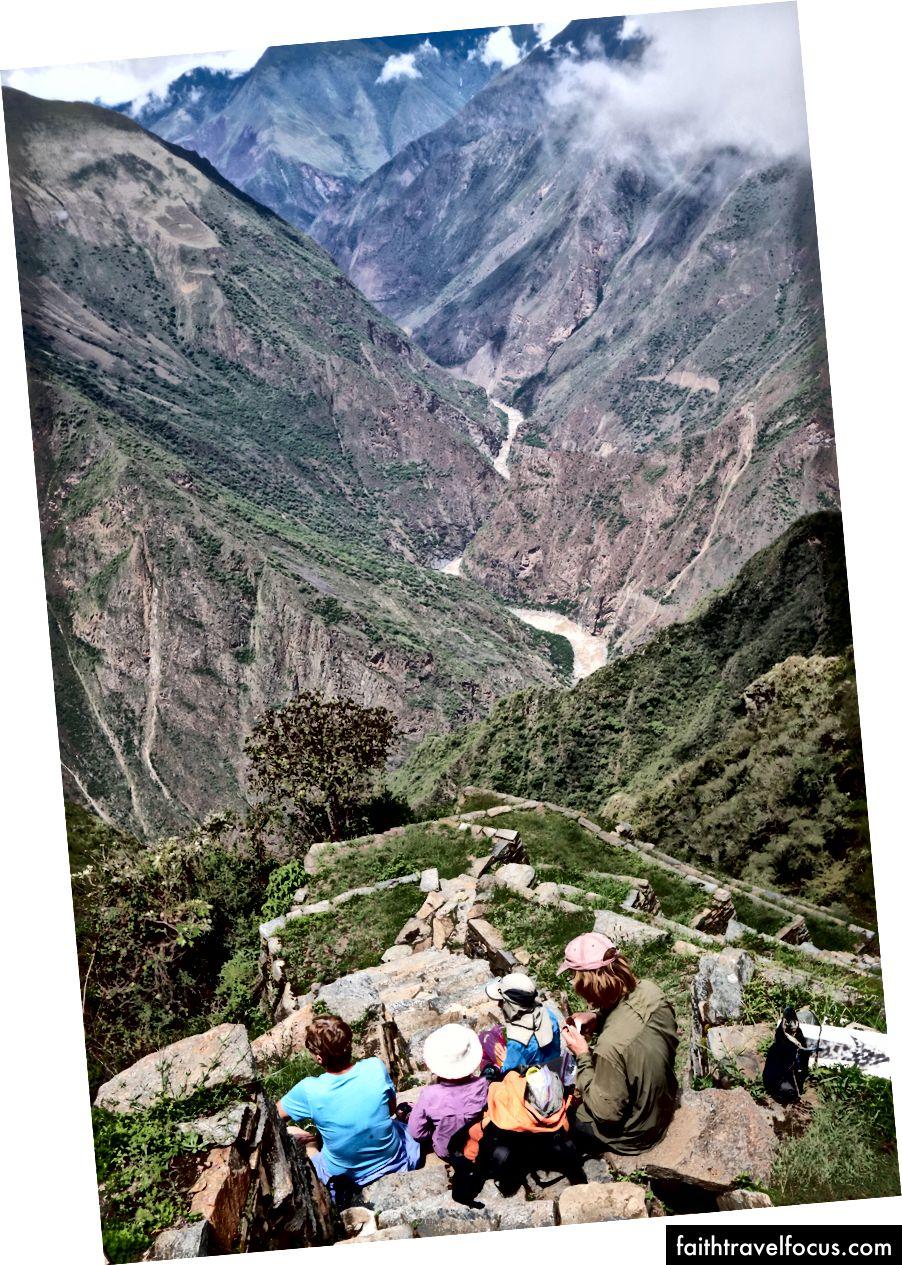 Nhìn ra rìa của sân thượng llama tại Rio Apurimac