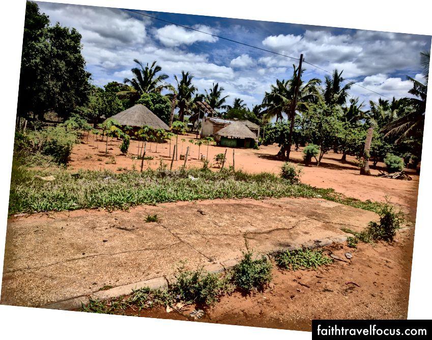 Типова сцена з боку головного шосе, що проходить через Мозамбік.