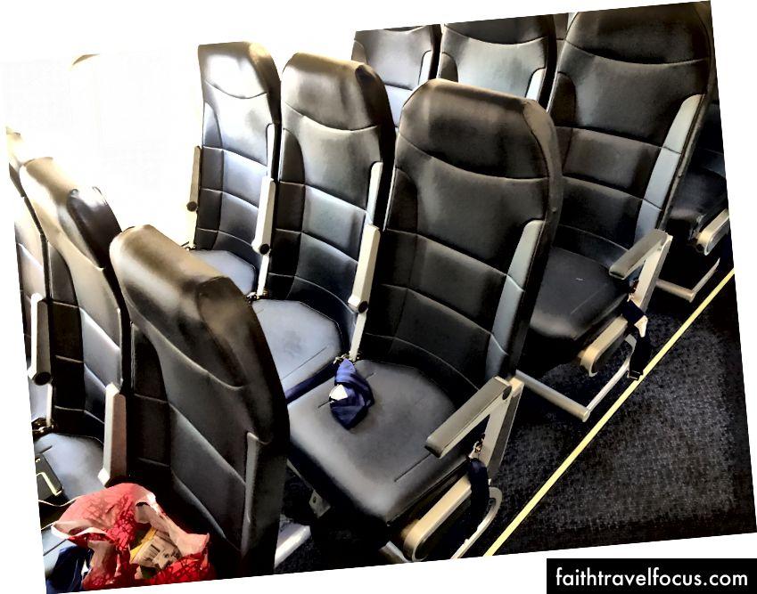 Những chỗ ngồi này rõ ràng là mới. Không siêu thoải mái, nhưng, vâng, rất mới.