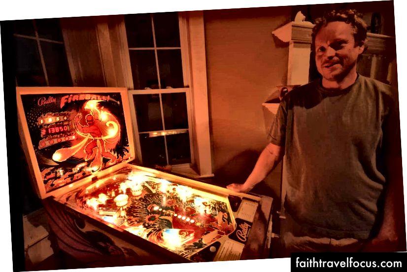Máy Pinball tự chế (từ một bộ dụng cụ) trong Den of Host Couchsurfing của chúng tôi ở Sheridan Wyoming