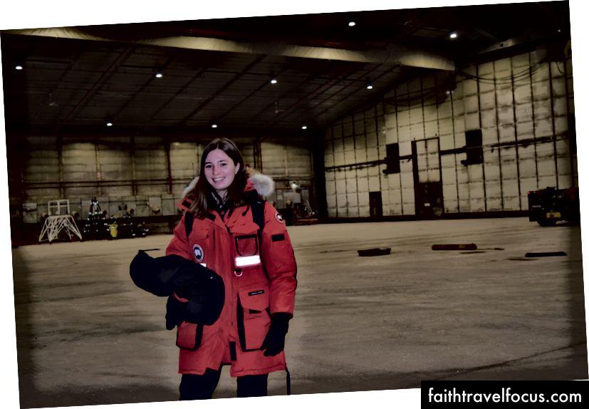 Перше фото було зроблено мною, сидячи у військовому літаку. Друге фото було зроблено в бункері літака вранці, перш ніж ми вирушили до Оповіщення. Літак вже витягнули назовні, оскільки йому потрібно повільно прогріватися, інакше лобове скло може зламатися.