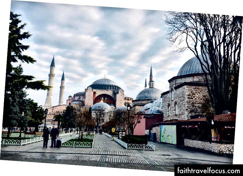 Sol: Airbnb'nin bulunduğu caddeden Sultanahmet Camii manzarası. Hakkı: Ayasofya