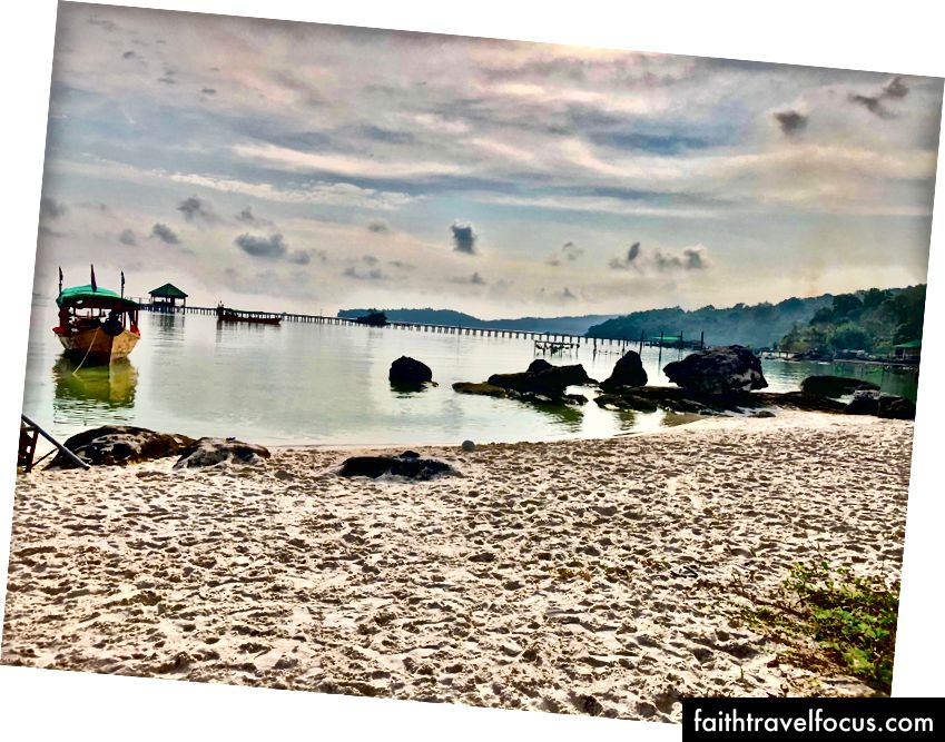 Пляж у хостелі Mad Monkey в Кох Ронг Самлоем.