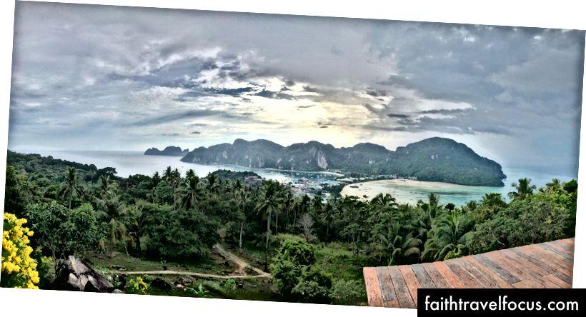 Похід точки огляду на вершину, дивлячись на крихітний острів Фі-Пі-Дон.