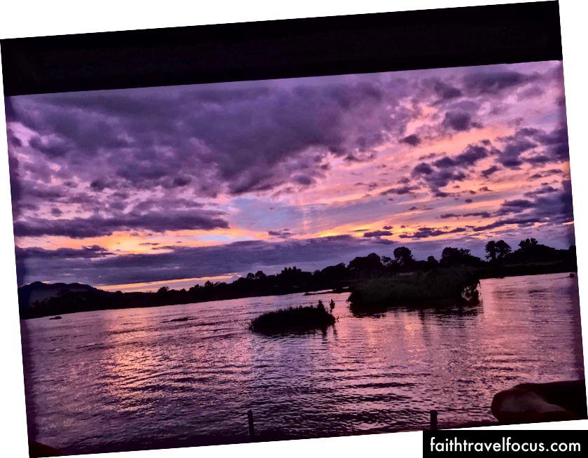 Захід сонця над Меконгом з мого гуртожитку в Дон Дет називається The Happy Bar.
